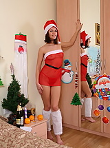 Santa babe dildoes her pussy