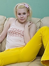 Elen is bored and horny in yellow jeans
